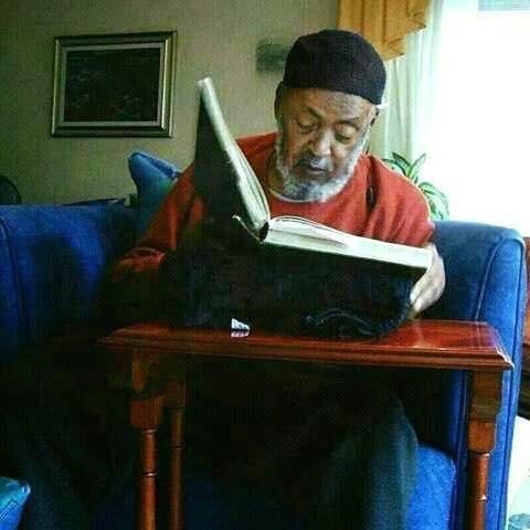 Chaykh abdou l lah avec un livre 2